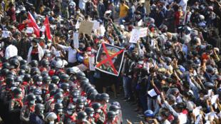 Manifestantes exigem a libertação da dirigente birmanesa Aung San Suu Kyi, presa por militares na semana passada.