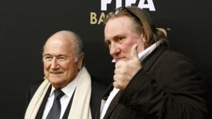 Depardieu (à direita) posa ao lado de Joseph Blatter durante a cerimônia de entrega do prêmio Bola de Ouro, nesta segunda-feira, em Zurique.