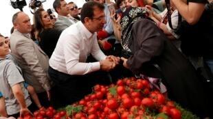 Le candidat du CHP, le principal parti d'opposition, Ekrem Imamoglu est en campagne sur le marché d'Istanbul, le 29 mai 2019.