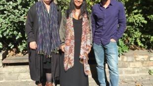 Cristina Semblano e Tiago Pinheiro, candidatos do BE pelo círculo da Europa, ladeiam a deputada bloquista Sandra Cunha.