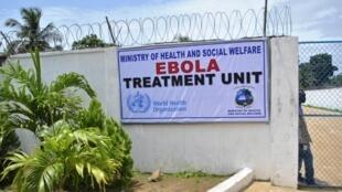 Entrada de um centro de tratamento contra o vírus Ebola em Monróvia, na Libéria.
