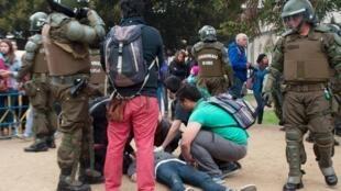 Des étudiants tentent d'aider l'un des leurs mortellement touché par balle lors de la manifestation du 14 mai à Valparaiso.