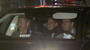 Saída do ex-presidente francês Nicolas Sarkozy da sede da polícia judiciária em Nanterre, subúrbio de Paris, França, em 21 de março de 2018.