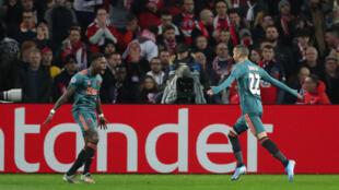 Hakim Ziyech (à droite) vient d'ouvrir le score pour l'Ajax face à Lille.