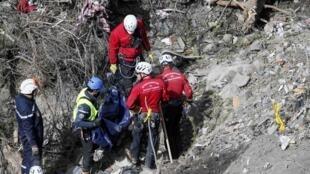 Equipes de resgate continuam as buscas pelos restos mortais e destroços do Airbus A320 da companhia Germanwings.