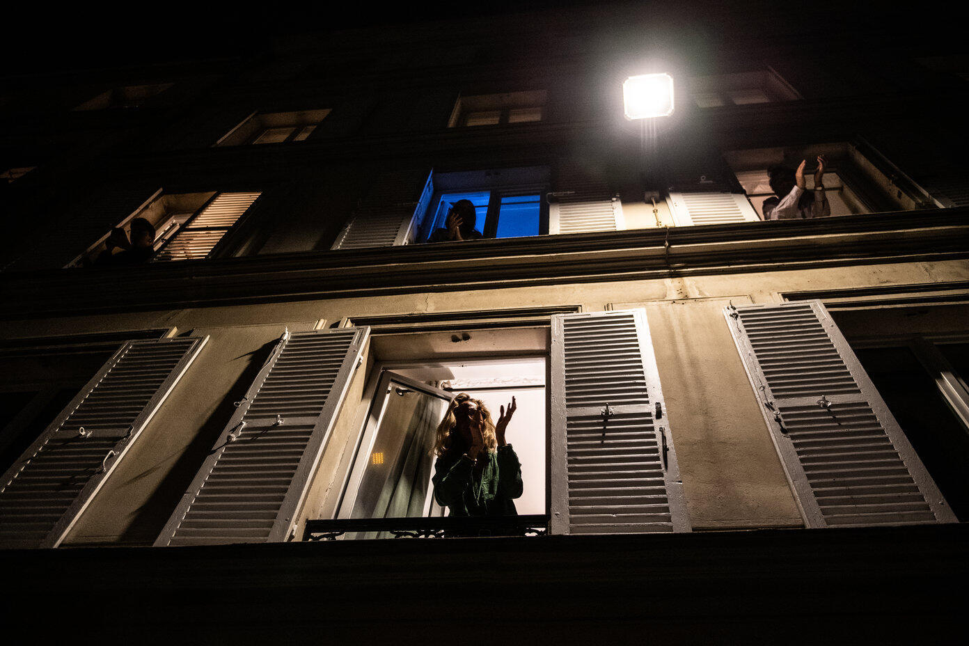 Des résidents confinés d'un immeuble à Paris