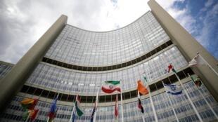 Иранский флаг развивается возле здания МАГАТЭ в Вене.