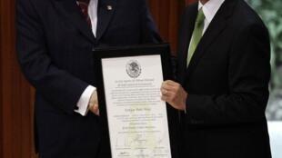 墨西哥反对党革命制度党总统候选人培尼亚•涅托与选举法院院长一同展示当选总统证明。2012年8月31日。