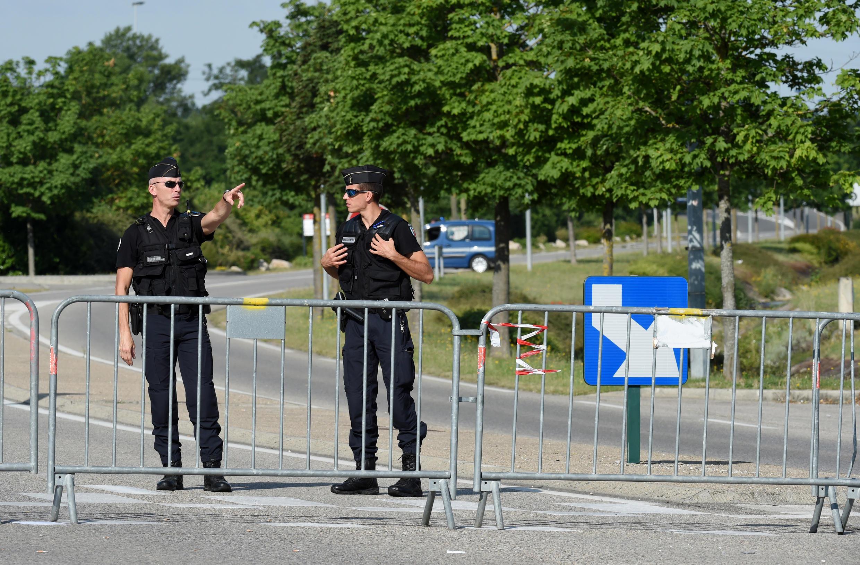 Un día después del ataque en la fábrica Air Products, cerca de Lyon, donde un hombre fue decapitado, la policía sigue vigilando el lugar (27 de junio de 2015).