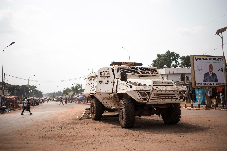 Foto de archivo tomada el 5 de enero de 2021 muestra un blindado de  la Misión Multidimensional Integrada de Estabilización de las Naciones Unidas en la República Centroafricana (MINUSCA) durante una patrulla al día siguiente de la elección del presidente saliente, Faustin Archange Touadera, en Bangui, República Centroafricana.