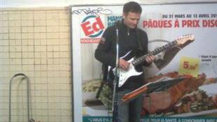 Marek, cantante polaco, interpreta sus canciones al estilo de Simon & Garfunkel, en los pasillos  cercanos al andén de la línea 12 del metro parisino.