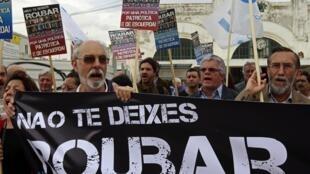 Devant le ministère des Finances à Lisbonne, on peut lire sur la bannière des manifestants : « Ne vous laissez pas voler ! ». 19 avril 2011.
