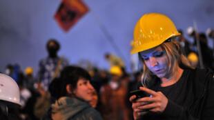 Lors des manifestations anti-gouvernement de Gezi, à Istanbul, en juin 2013, de nombreux jeunes scrutaient les réseaux sociaux pour se ternir informé des derniers développements de la crise.