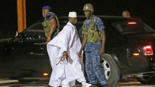 L'ancien président gambien, Yahya Jammeh à son arrivée à l'aéroport de Banjul avant de prendre son avion pour l'exil, le 21 janvier 2017.