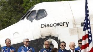 Cựu thượng nghị sĩ và phi hành gia John Glenn (phía trước, bên phải) trong buổi lễ tiễn phi thuyền Discovery vào viện bảo tàng ở Virginia, ngày 19/04/2012.