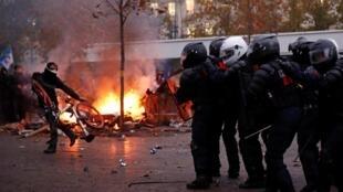 Manifestantes atacaram policiais durante passeata parisiense.