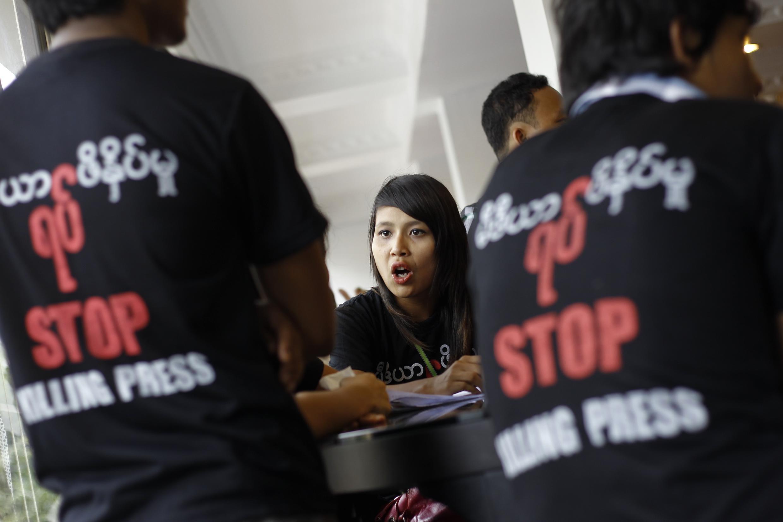 Các nhà báo Miến Điện phản kháng việc kiểm duyệt báo chí, tại Răngun, ngày 04/08/2012.