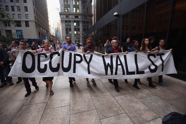 Les indignés de Wall Street descendant dans la rue à New York pour marquer le 1er anniversaire du mouvement, le 17 septembre 2012.