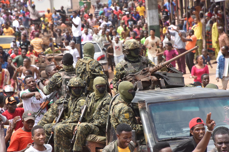 Celebración en las calles de Conakry, en Guinea, tras el golpe contra el presidente Alpha Condé, el 5 de septiembre de 2021