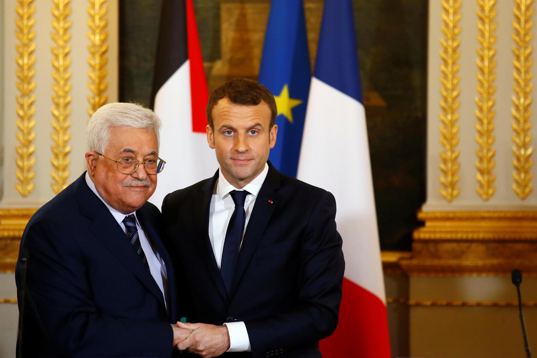 O presidente da Autoridade Palestina, Mahmoud Abbas, e o presidente francês, Emmanuel Macron, durante encontro no Palácio do Eliseu em 22 de dezembro de 2017.