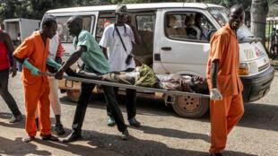 A l'Hôpital principal de Bangui, les blessés affluent après les violences qui ont fait une centaine de blessés et une vingtaine de morts, depuis le 26 septembre 2015.
