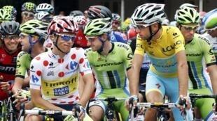 Tay đua Ý Nibali (phải) trong đoàn cua-rơ Tour de France trên chặng Maubourguet-Bergerac, 25/07/2014.