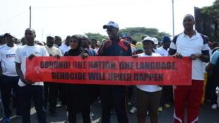 Manifestation devant le bureau du commissaire aux droits de l'homme de l'ONU à Bujumbura pour protester contre un rapport, le 24 septembre 2016.