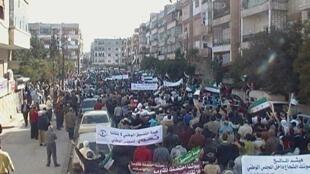 Демонстрация протеста против режима Башара Асада в Хомсе после пятничной молитвы 11/11/2011