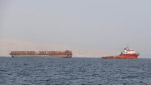 Uno de los tantos barcos que transitan por el Estrecho de Ormuz.