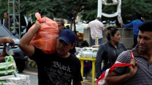 Des vendeurs colombiens, à la frontière vénézuélienne, à Cucuta en Colombie, le 16 juillet 2016.