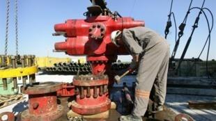 En France, la population redoute les impacts négatifs d'une exploration de gaz et de pétrole non conventionnels. Ici, forage de puits de pétrole, à Poligny (France) en 2005.