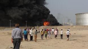 A refinaria de petróleo de Aden em chamas devido aos combates na cidade