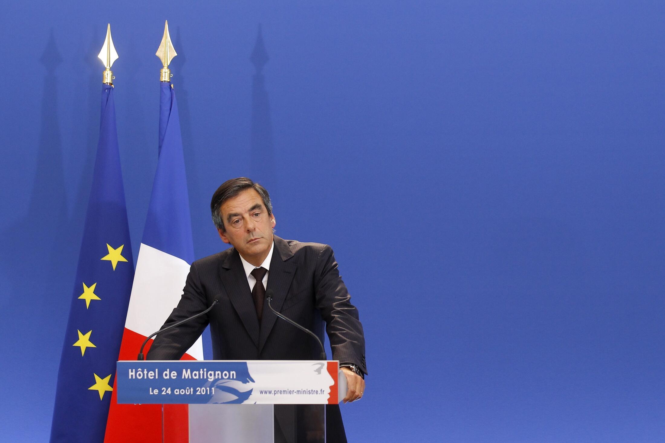 François Fillon anuncia plano de austeridade para economizar 12 bilhões de euros do déficit público.