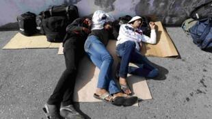 Migrants endormis à la gare routière d'Istanbul le 18 septembre 2015. La Turquie accueille le plus grand nombre de réfugiés au monde, dont 2,2 millions de Syriens.
