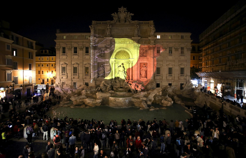 Des foules ont commencé à se rassembler dans plusieurs capitales, notamment européennes ; à Bruxelles bien sûr, mais aussi à Rome (ci-dessus, devant la fontaine de Trevi).