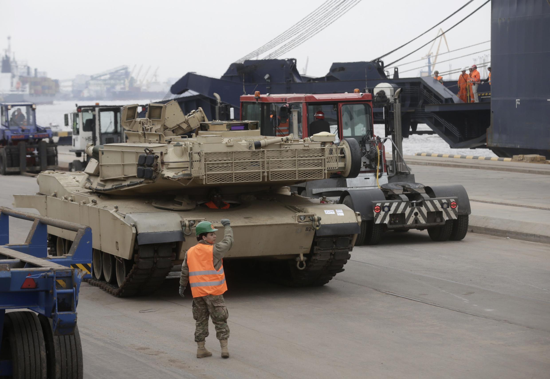 """Tanque americano """"Abrams"""" participa de exercício militar da Otan em Riga, capital da Lituânia, em março de 2015."""