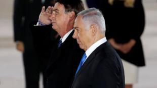 O presidente brasileiro, Jair Bolsonaro, gesticula ao lado do primeiro-ministro israelense, Benjamin Netanyahu, durante uma cerimônia de boas-vindas em sua chegada a Israel, no aeroporto internacional Ben Gurion, perto de Tel Aviv, Israel. 31/03/2019