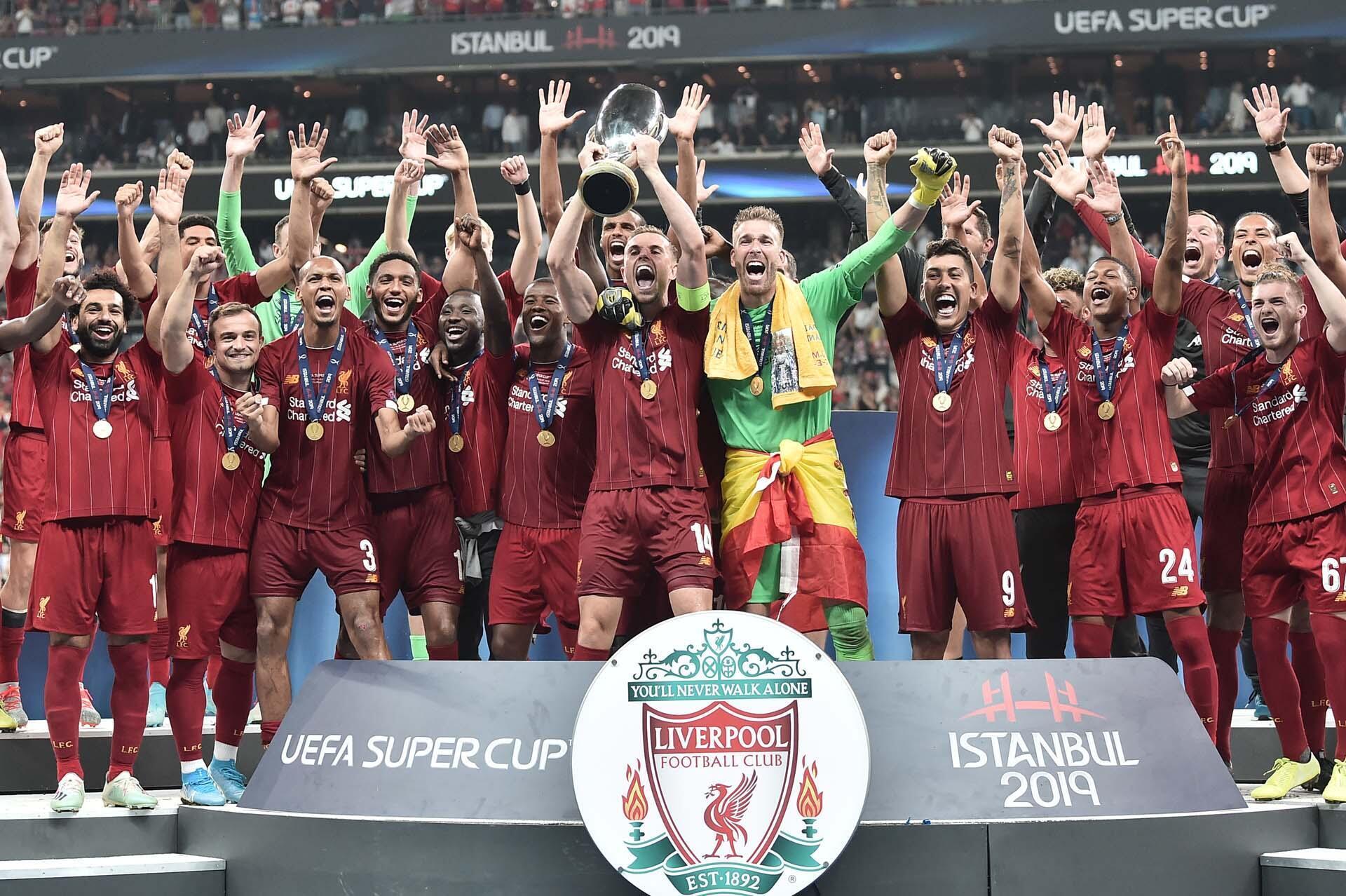 Tawagar 'yan wasan kungiyar Liverpool bayan lashe kofin gasar UEFA Super Cup a Turkiya.