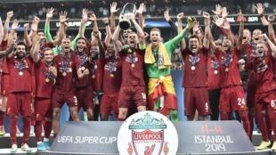 'Yan wasan  Liverpool yayin murnar leshe Supercoupe