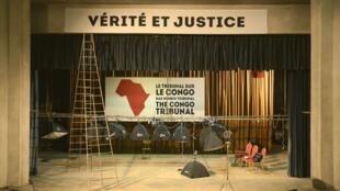 Le décor du «Tribunal sur le Congo» qui, avant Berlin fin juin, avait lieu fin mai 2015 à Bukavu. Un projet du metteur en scène suisse Milo Rau.