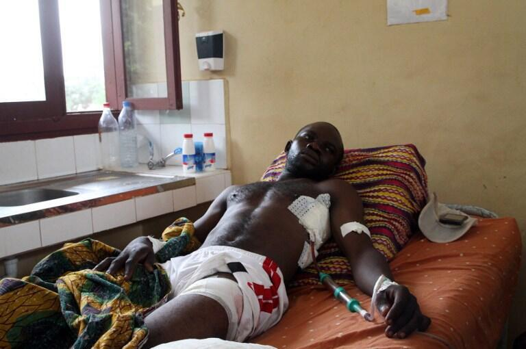 A wounded man rests on a bed at a Bangui hospital, 30 September 2015.