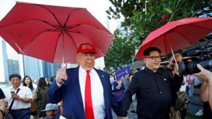 在新加坡特金會前,扮演特朗普的 Dennis Alan 和扮演金正恩的Howard X.