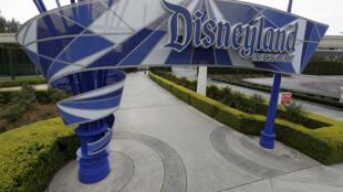 L'entrée du parc Disneyland de Los Angeles complètement vide le 18 mars 2020 au début de l'épidémie.