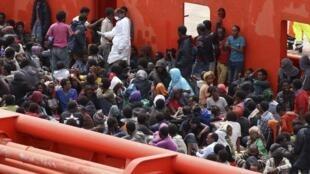 L'équipage de «l'Etna» a dû gérer près de 800 migrants à bord.