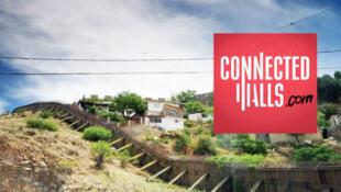 La plateforme interactive Connected Walls (Murs connectés) raconte le quotidien de femmes et d'hommes de part et d'autre de ces murs entre le Mexique et les États-Unis, et entre l'Espagne et le Maroc.