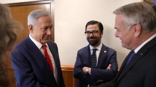 Poignée de main entre Benyamin Netanyahu (g) et Jean-Marc Ayrault ce 15 mai 2016 lors de la réunion dans le bureau du Premier ministre israélien, à Jérusalem.