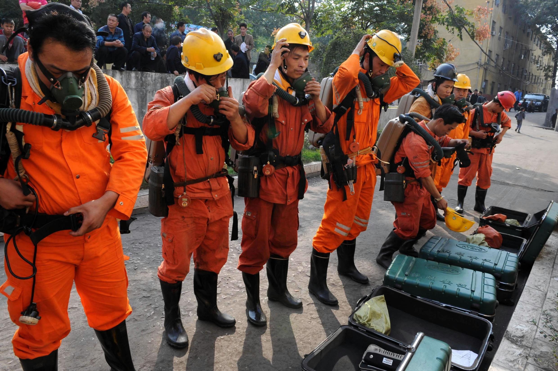 2010年十月十六日河南平禹发生矿井爆炸,救援人员整装待发。