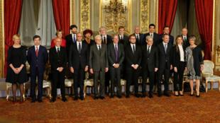 O novo primeiro-ministro italiano, Paolo Gentiloni, apresentou o novo ministério nesta segunda-feira (12).