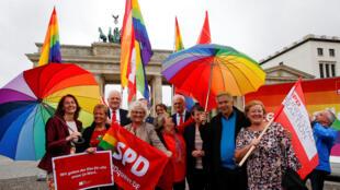 Os deputados alemães aprovaram nesta sexta-feira a lei que autoriza o casamento entre pessoas do mesmo sexo.