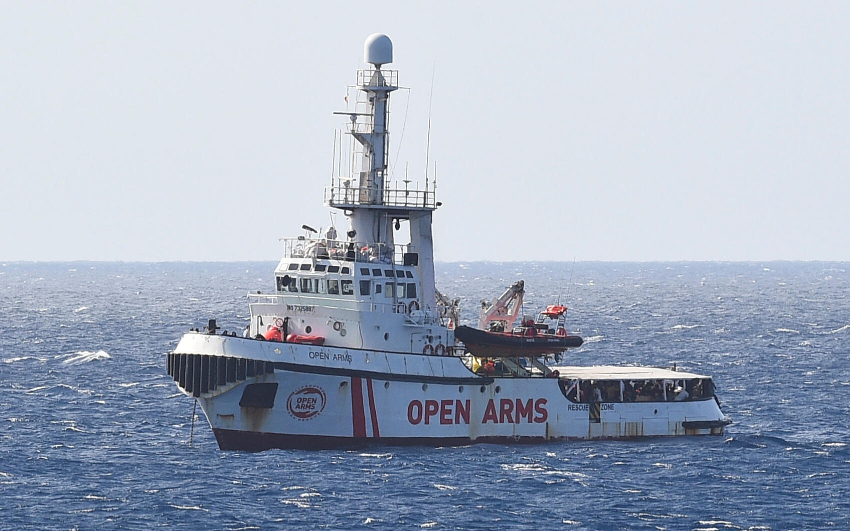Tàu cứu thuyền nhân Open Arms gần bờ biển ở Lampedusa, Ý, ngày 15/08/2019.
